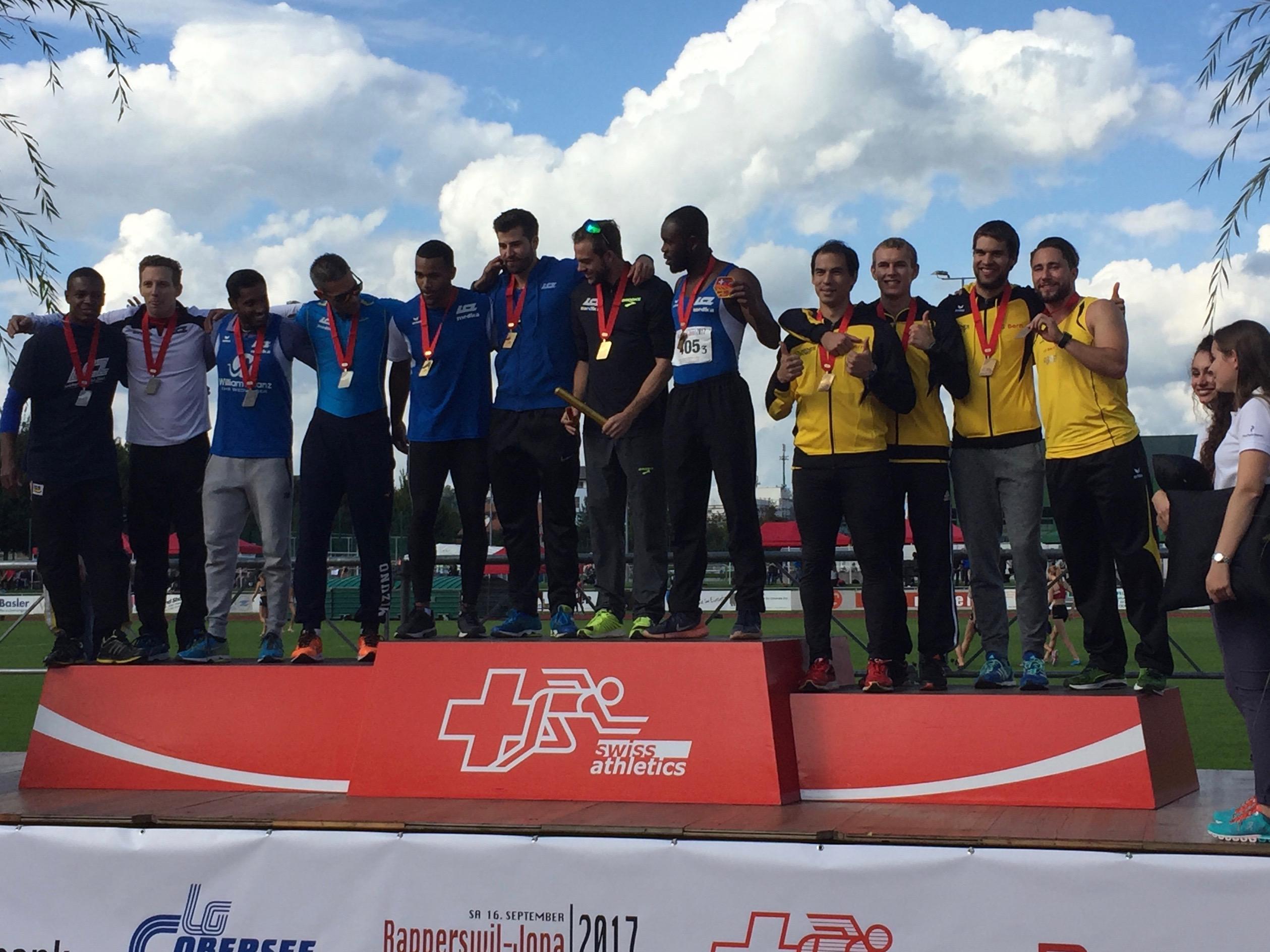 Die Medaillengewinner posieren auf dem Podest an den Schweizer Staffel-Meisterschaften 2017 in Jona