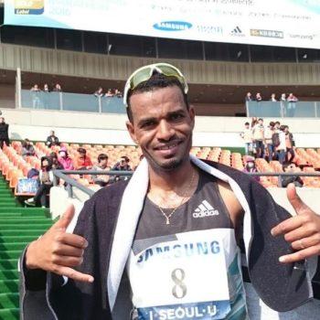Tadesse Abraham freut sich über seinen Marathon-Schweizer-Rekord (2:06:40) beim Seoul-Marathon im März 2016