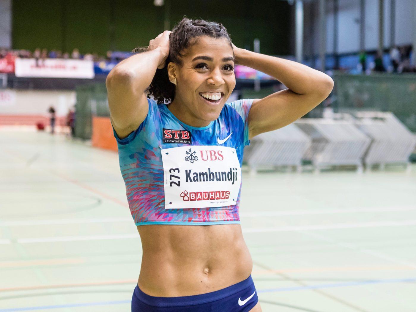Mujinga Kambundji freut sich über ihren Schweizer Hallenrekord über 60 m (7,03) an den Hallen-Schweizer-Meisterschaften 2018 in Magglingen