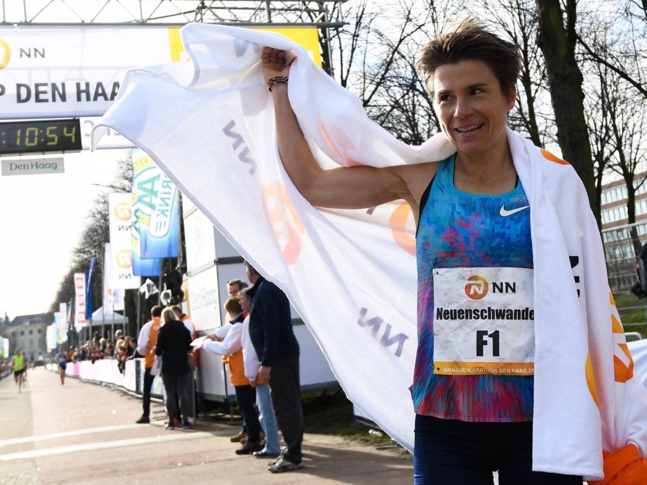 Maja Neuenschwander lässt sich nach dem Zieleinlauf beim Halbmarathon in Den Haag 2018, wo sie gewann, feiern