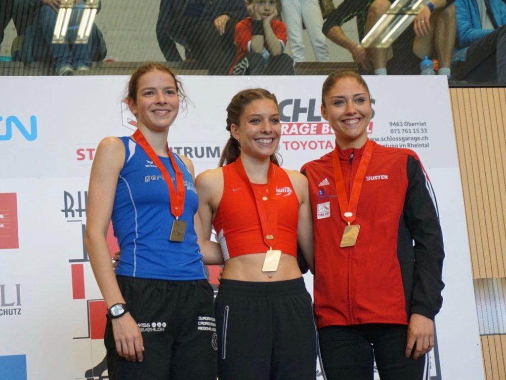 Delia Sclabas, Chiara Scherrer und Andrea Meier auf dem Podest bei der Siegerehrung an der 10-km-SM in Oberriet